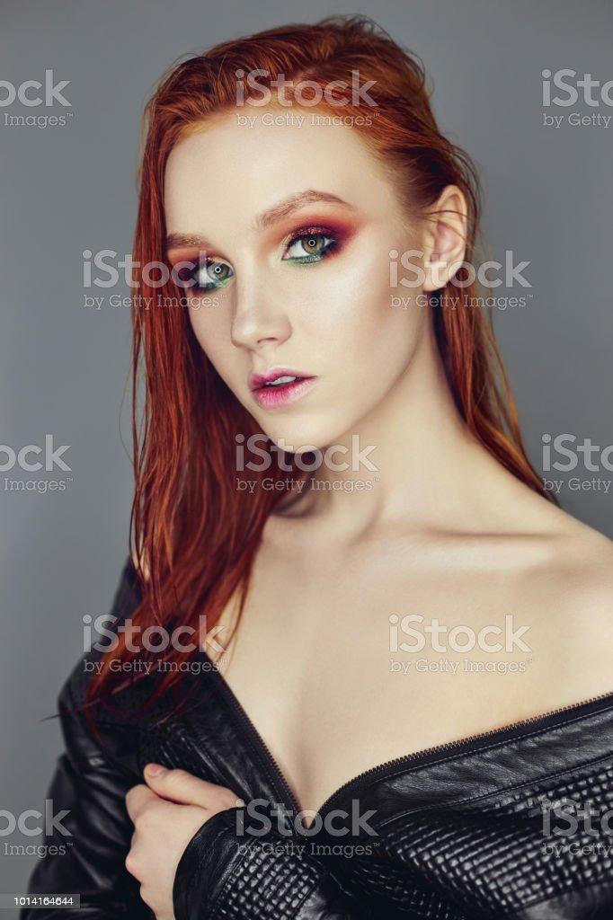 Chica Sexy Desnuda Hermosa Pelirroja Con El Pelo Largo Retrato De Una Mujer Perfecta En Fondo Oscuro Maquillaje Pelo Y Ojos Hermosos Belleza Natural