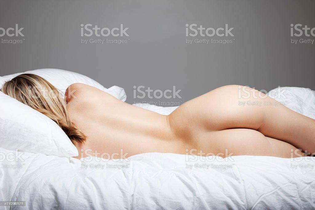 frau auf bett nackt