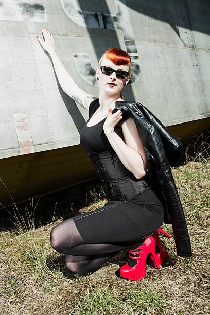 sexy pin-up - rote bleistiftröcke stock-fotos und bilder
