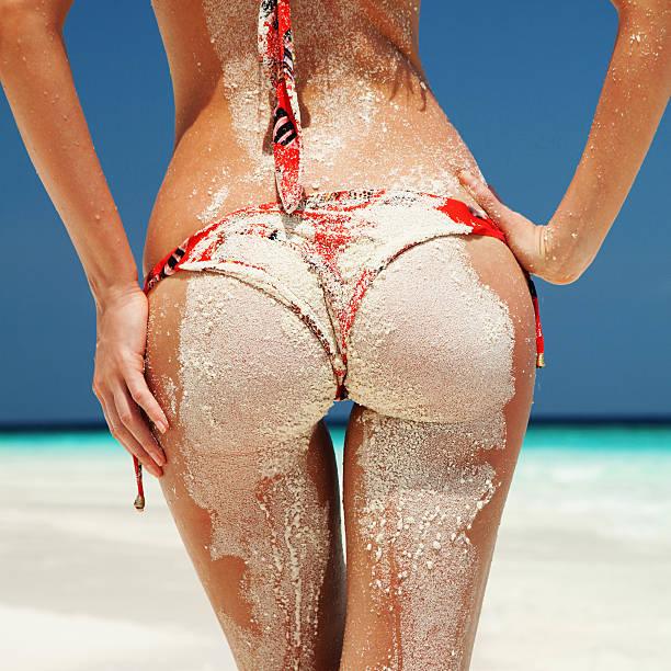 Sexy sandy Frau Gesäß auf dem Strand-Hintergrund – Foto