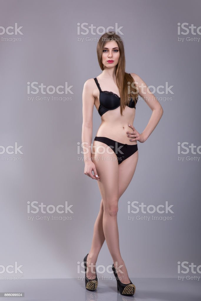 620860b0a Foto de Mulher Sexy Lingerie Preta Sobre Fundo Cinzento e mais fotos ...