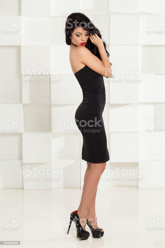 Mujer Sexy En Vestido Negro Y Zapatos De Tacones Morena De