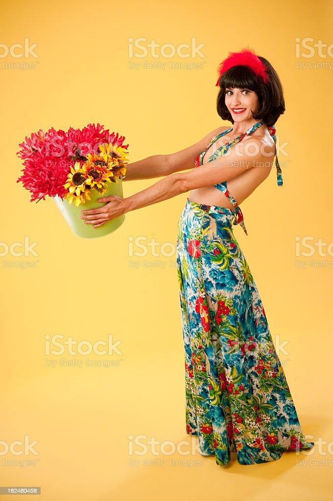 Sexy mujer en falda hawaiana y flores foto de stock libre de derechos