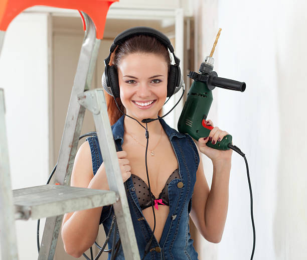sexy frau in kopfhörer mit drill - jeans overall stock-fotos und bilder