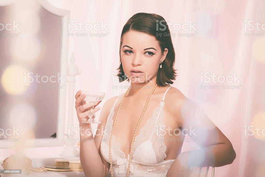 Femme Sexy en dentelle Chemise de nuit avec un verre de vin - Photo