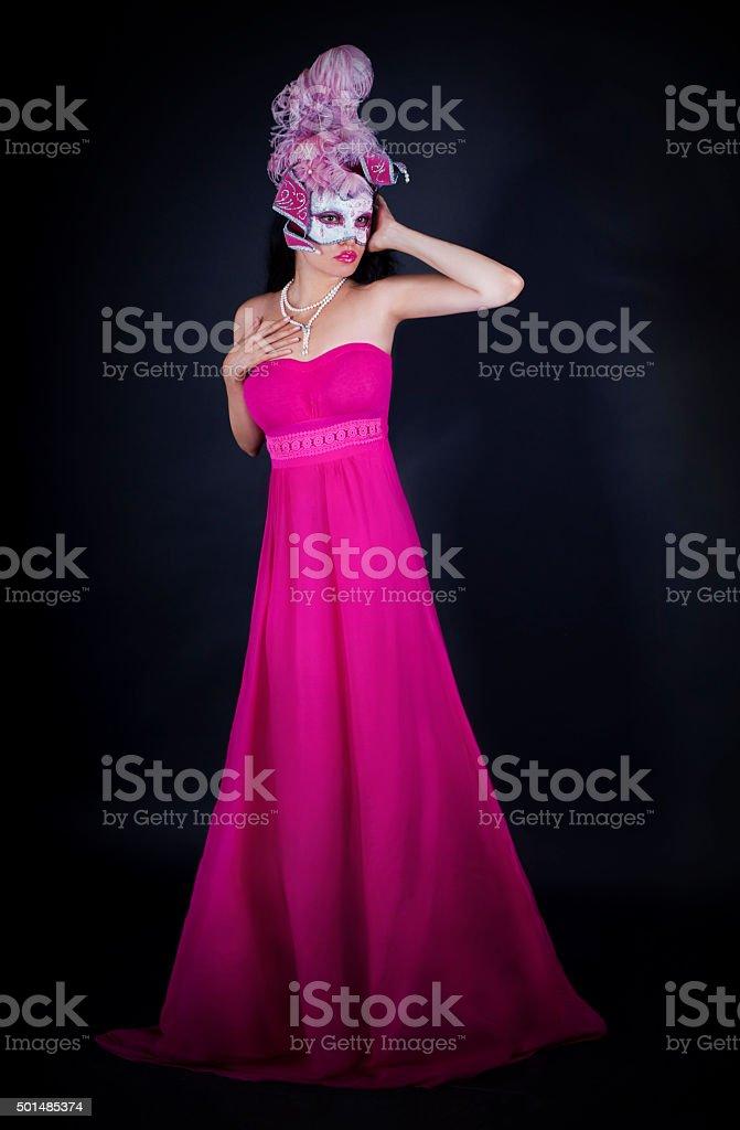 Mujer Sexy En Vestido Rosa Y Máscara Veneciana - Fotografía de stock ...