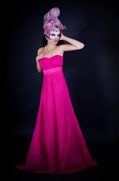 sexy frau im rosa kleid und venezianische maske - rosa camo party stock-fotos und bilder