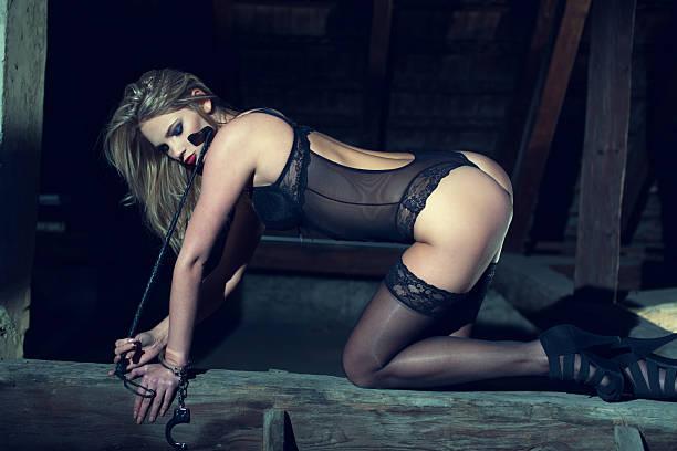 sexy femme agenouillée sur le bois de grange - sm photos et images de collection