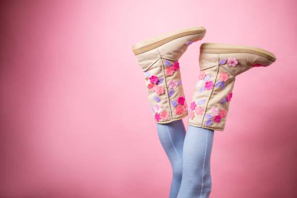 sexy frau-beine in blauer wollene strümpfe und stiefel - lammfellstiefel stock-fotos und bilder