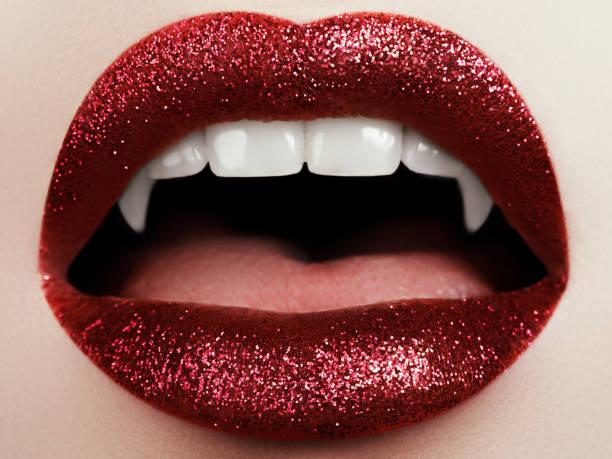 sexy frau lippen mit blutigen lippenstift. mode-glamour-halloween-kunst-design. vampir mädchen immer bereit um halloween zu feiern - vampir schminken frau stock-fotos und bilder