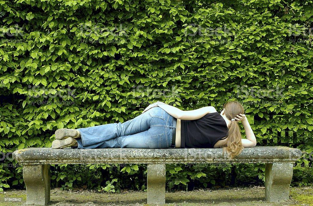 Sexy Frau entspannt auf der Bank – Foto