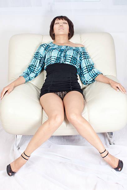 sexy femme: mini-jupe noire - black string photos et images de collection