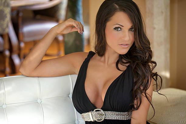 sexy frau porträt mit low kleid - frau tiefer ausschnitt stock-fotos und bilder