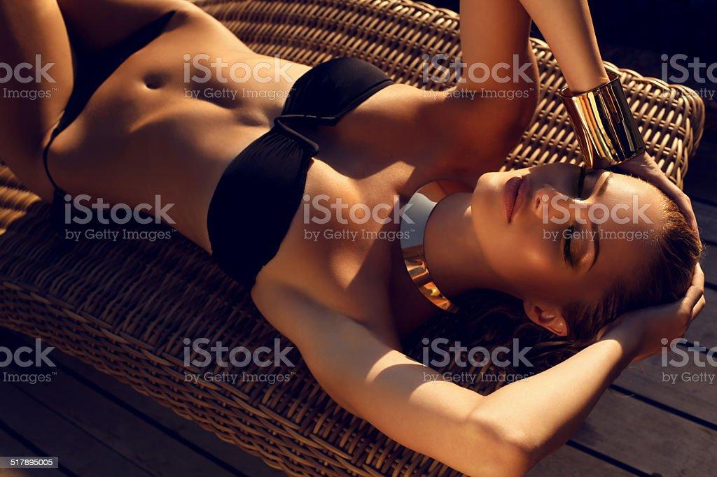 sexy Frau mit blonden Haaren im bikini Entspannung am Strand – Foto
