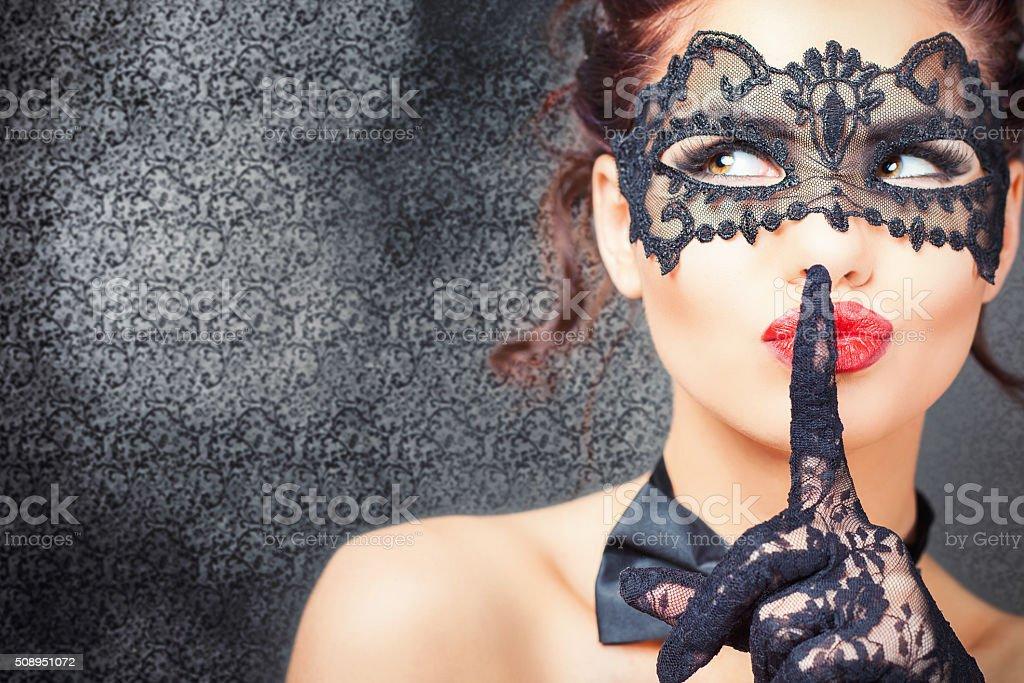 Sexy mujer con máscara de carnaval - foto de stock