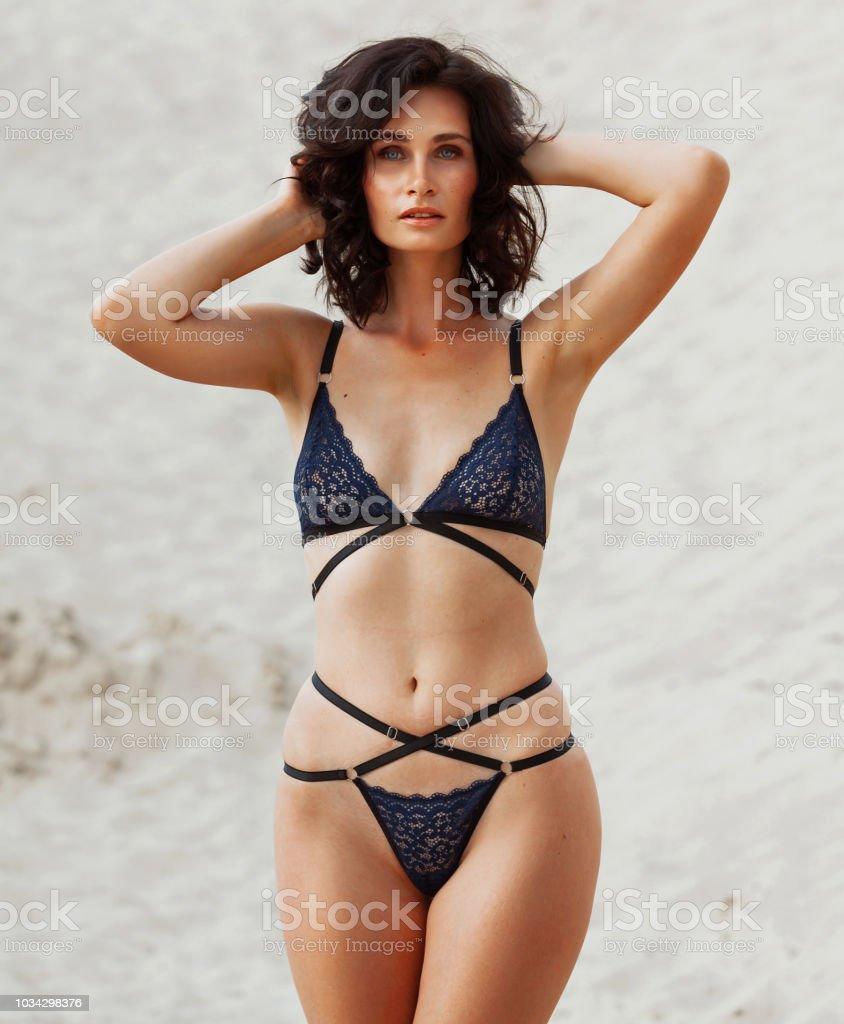 479615b7d Foto de Mulher Sexy Com O Corpo Perfeito Posando De Lingerie Preta ...