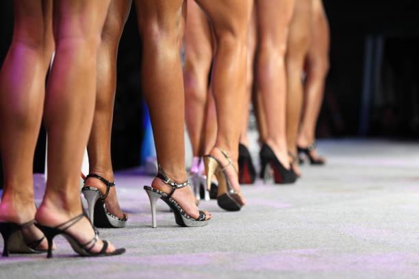 Piernas de la mujer sexy en tacones - foto de stock
