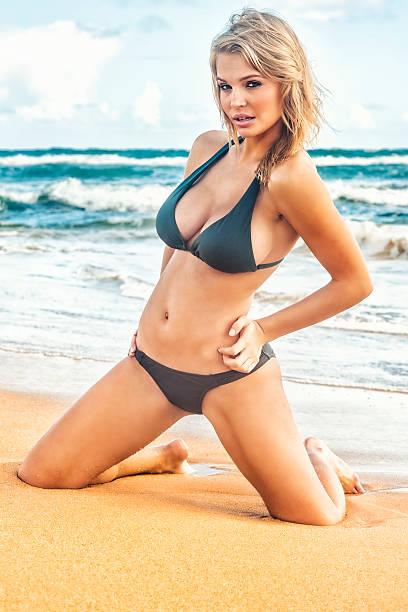 sexy joven rubia modelo en bikini playa en hawái - piernas abiertas mujer fotografías e imágenes de stock