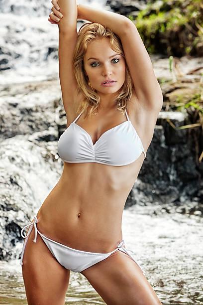 sexy joven rubia mujer posando en bikini blanco - piernas abiertas mujer fotografías e imágenes de stock