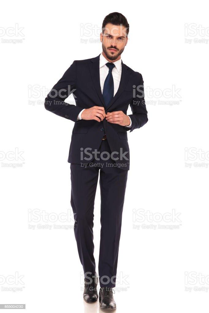 00d42da46 hombre de negocios joven sexy botonadura traje caminando foto de stock  libre de derechos