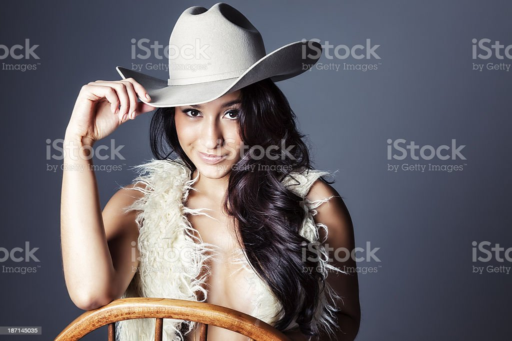 9b0b8ea26f829 Sexy mulher jovem Hispânico em colete de pele e Chapéu de Cowboy foto de  stock royalty