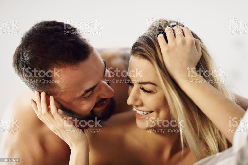 Seksi genç aşıklar yatakta samimi olmak - Royalty-free Adamlar Stok görsel