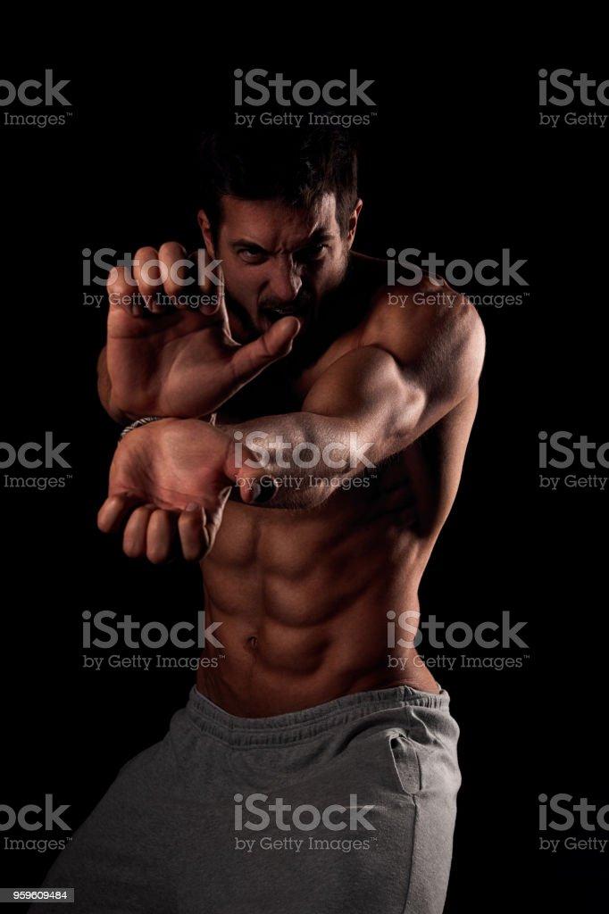 Joven sexy sin camisa mostrando su fuerza - Foto de stock de Abdomen libre de derechos