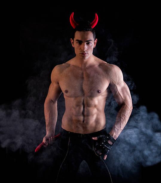 Sexy jeune homme portant espiègles accessoires en corne - Photo