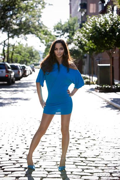 schöne, sexy, junge frau mode-modell mit kurzen kleid im freien - damen rock lang stock-fotos und bilder