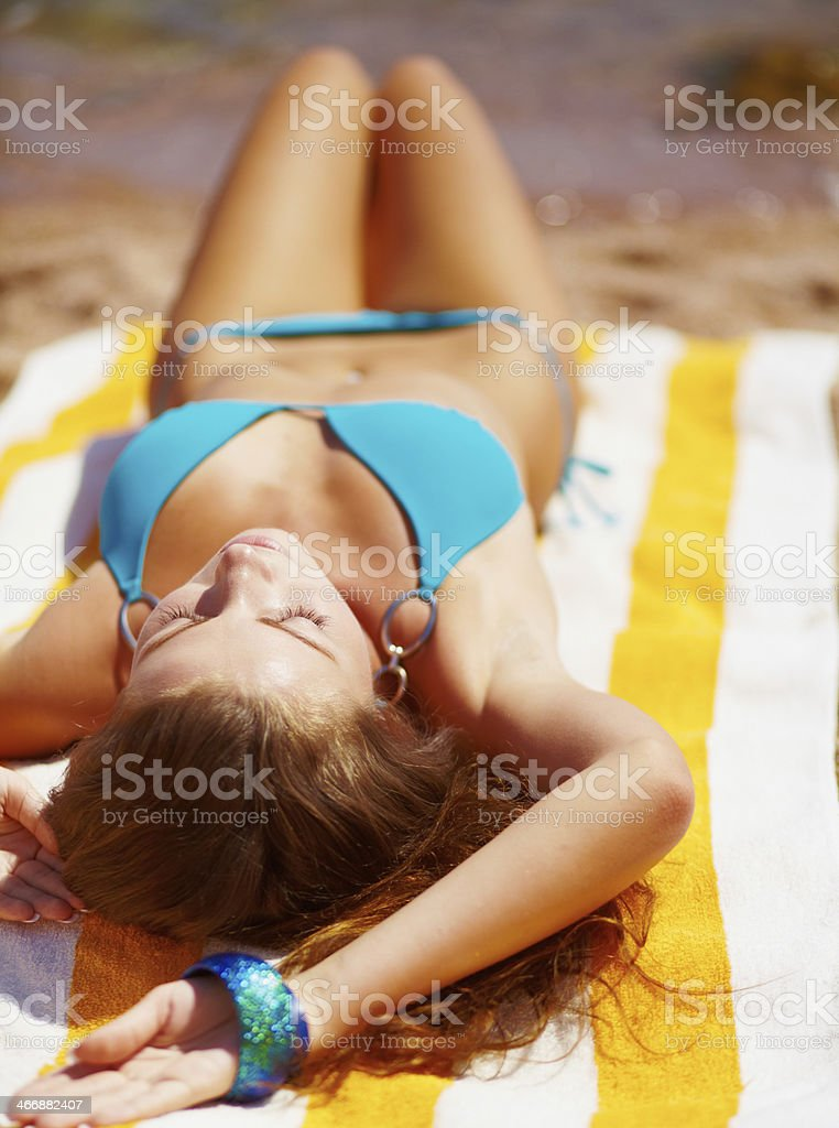 женщина уснула на пляже - 12
