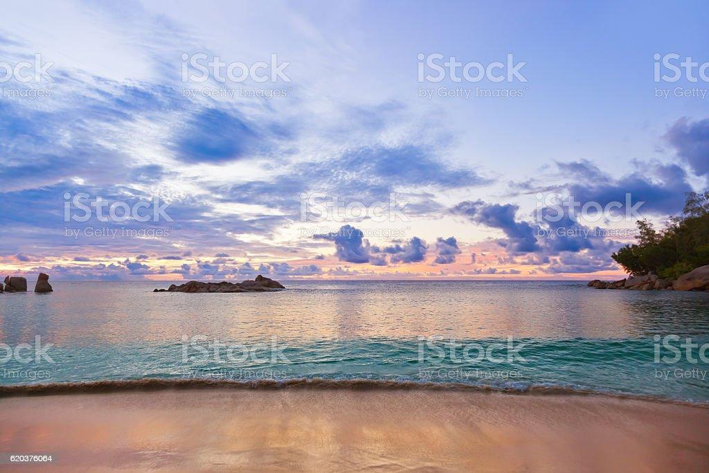 Praia tropical Seychelles ao pôr do sol foto de stock royalty-free