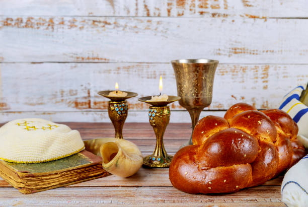 szabat challah chleb, wino szabat i świece na stole - judaizm zdjęcia i obrazy z banku zdjęć