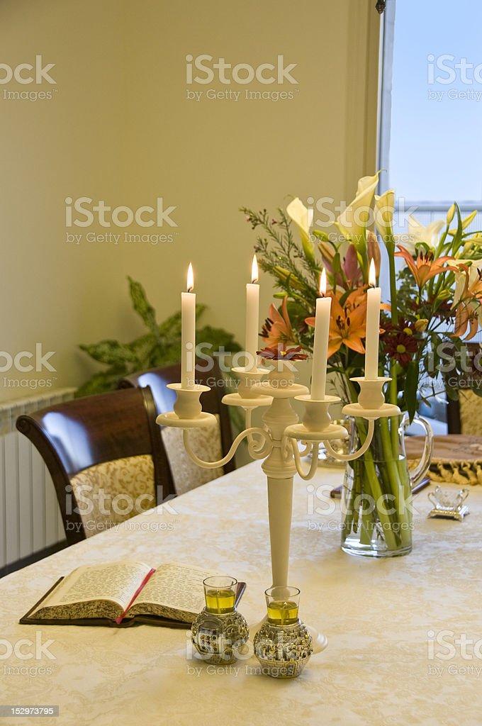 Shabbos mesa com candelabro foto royalty-free