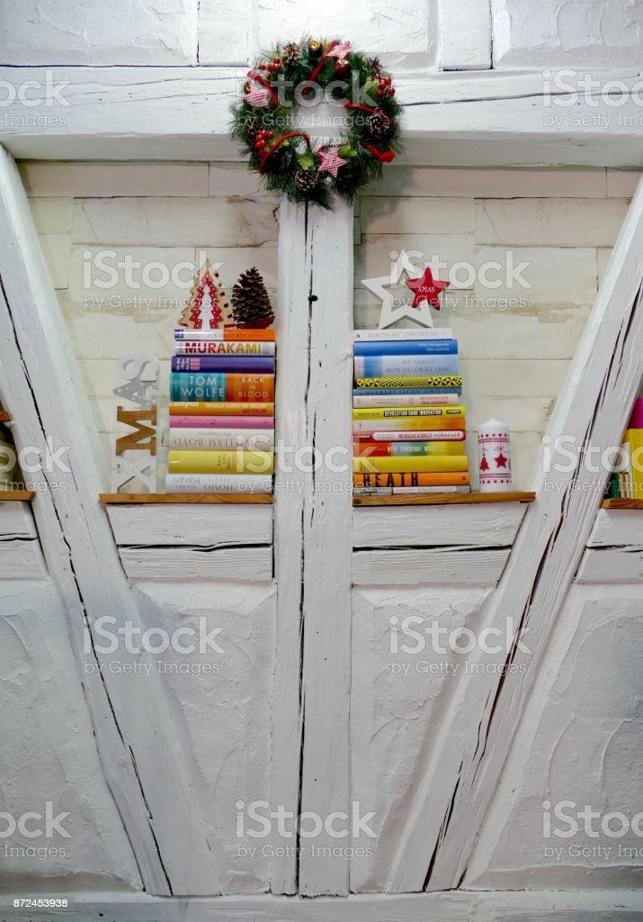 Wandregal Shabby Chic Buch Mit Bunten Bucher Und Weihnachten