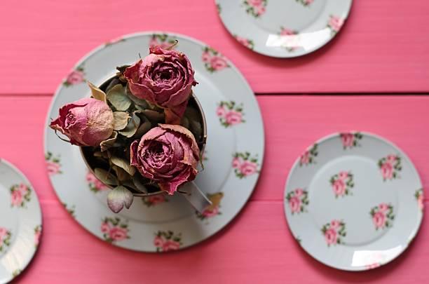 shabby chic rosen und tee-körbchen - zinn hochzeit stock-fotos und bilder
