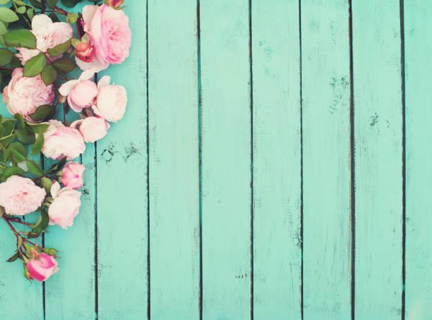 Shabby Chic Vintage Holz-Hintergrund mit Rosen. – Foto