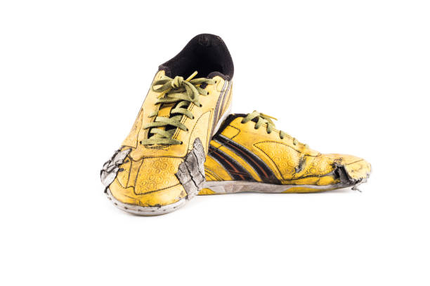 schäbige gelbe Futsal Sportschuhe auf weißem Hintergrund Fußball Sportartikel Objekt isoliert – Foto