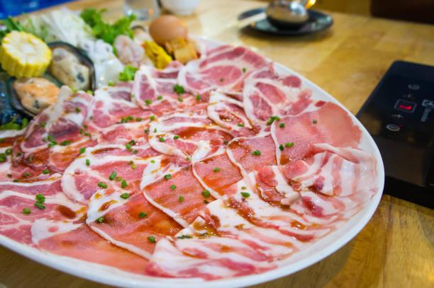 shabu cerdo carne diapositivas, estilo shabu cocina en restaurante - gangrena fotografías e imágenes de stock