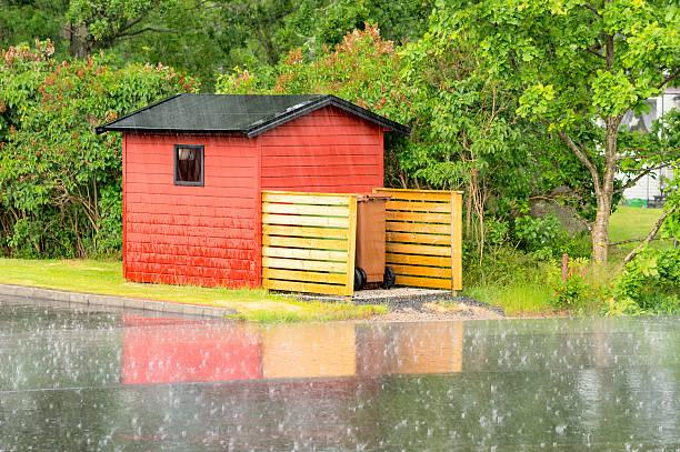 shack in regen - mülltonnenhäuschen stock-fotos und bilder