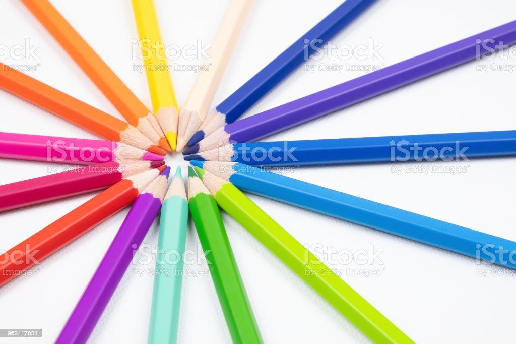 Odcienie kolorowych ołówków izolowanych na białym tle płótna tkaniny - Zbiór zdjęć royalty-free (Aranżacja)