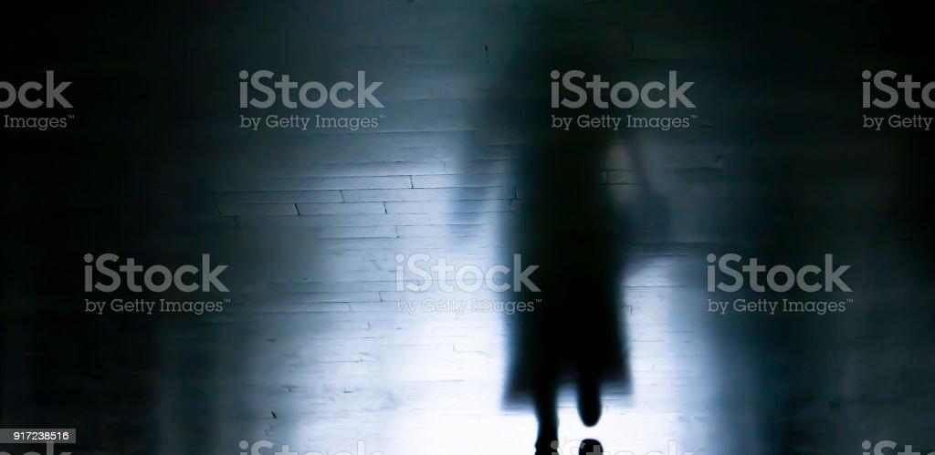 Schatten einer Frau zu Fuß entfernt, in dunklen Gasse – Foto