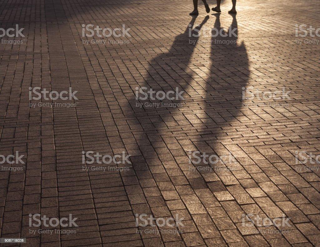 Schatten des Gehens Menschen auf Bürgersteig – Foto