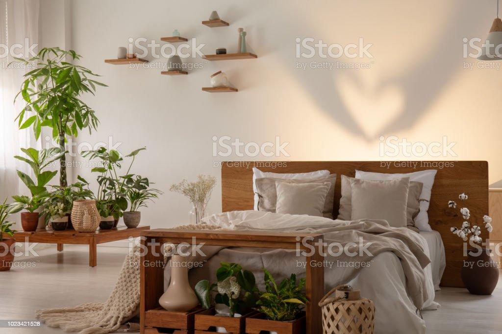 Schatten Sie An Der Wand Hinter Dem Bett Mit Hölzernen ...