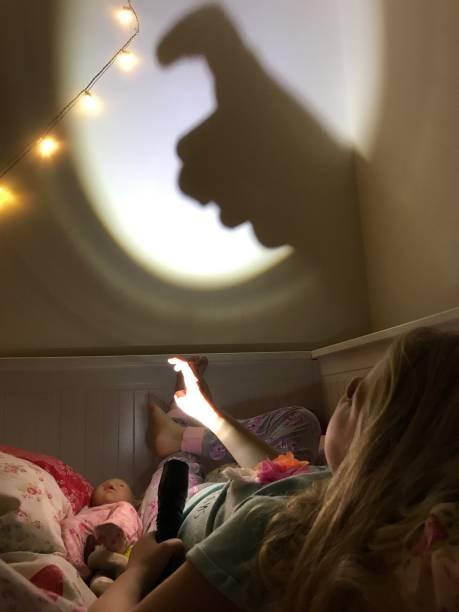 schattenspiel - deckenleuchte kinderzimmer stock-fotos und bilder