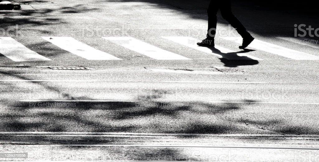 Silhouette d'ombre d'une personne traversant la rue - Photo