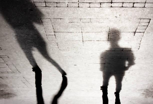 Silueta de la sombra de dos personas - foto de stock