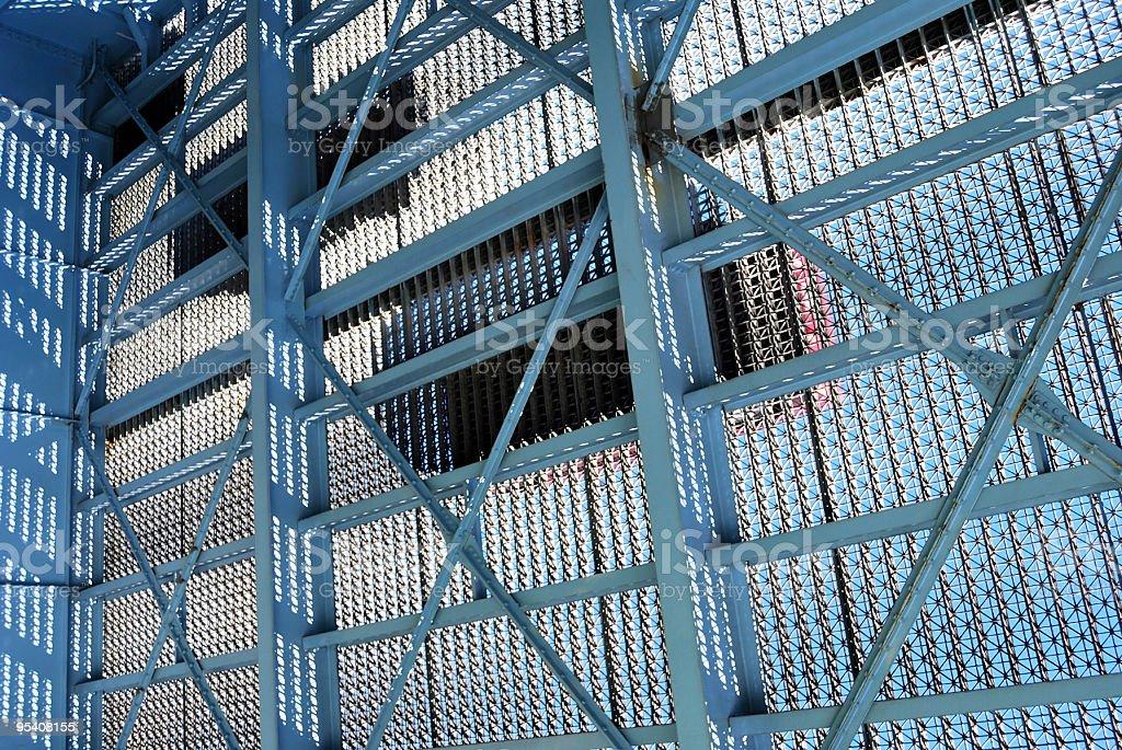 Schatten des Autos fahren über Stahlblau-Brücke von unter Lizenzfreies stock-foto