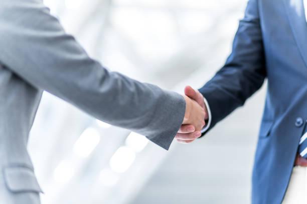 握手、ビジネスあいさつコンセプト - 人材採用 ストックフォトと画像