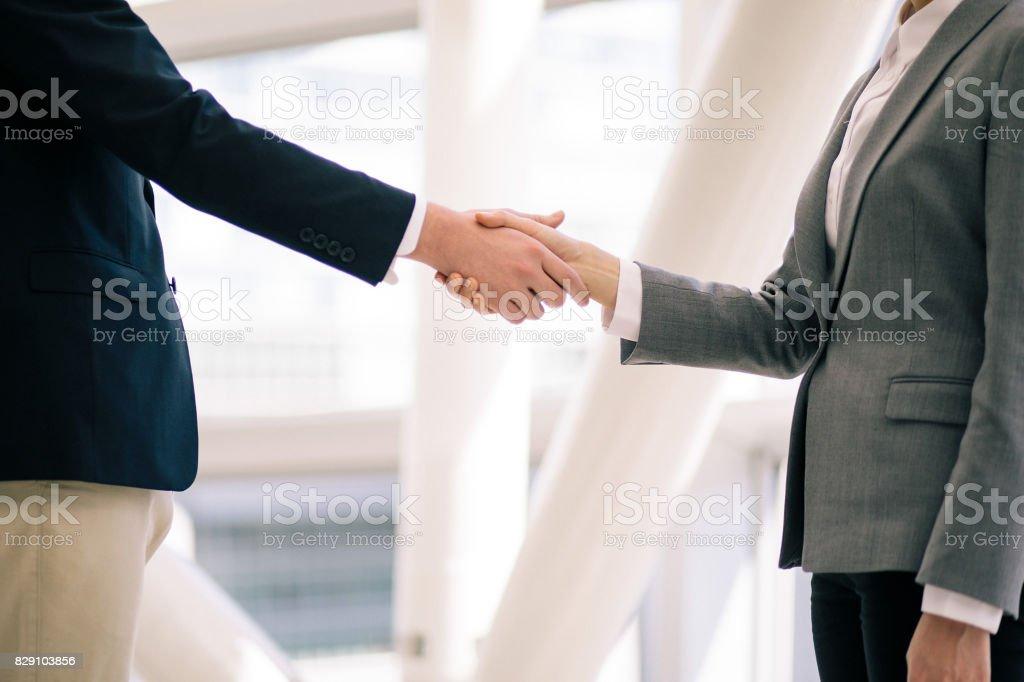 se dan la mano, concepto de negocio saludo - foto de stock