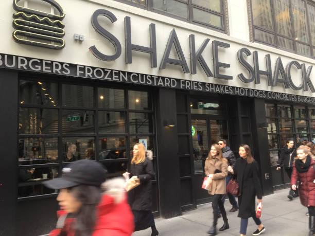 shake shack midtown manhattan auf einem winternachmittag - mittagspause schild stock-fotos und bilder